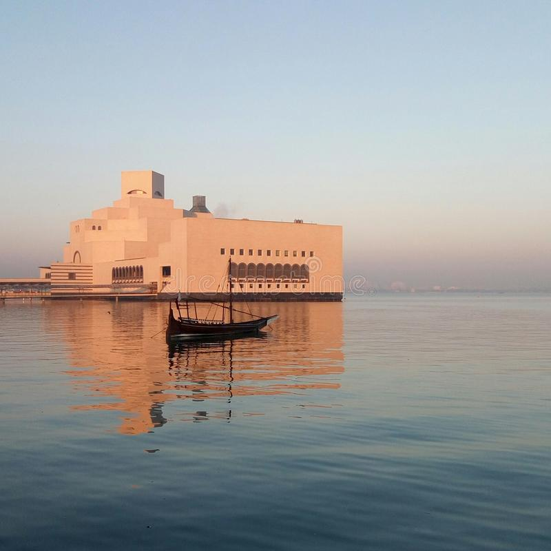 Kultura spotyka naturę Sunkissed Islamski muzeum obraz stock