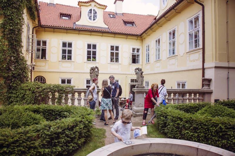 Kulturell händelse i den historiska mitten av Prague - Mala Strana Courts arkivbild