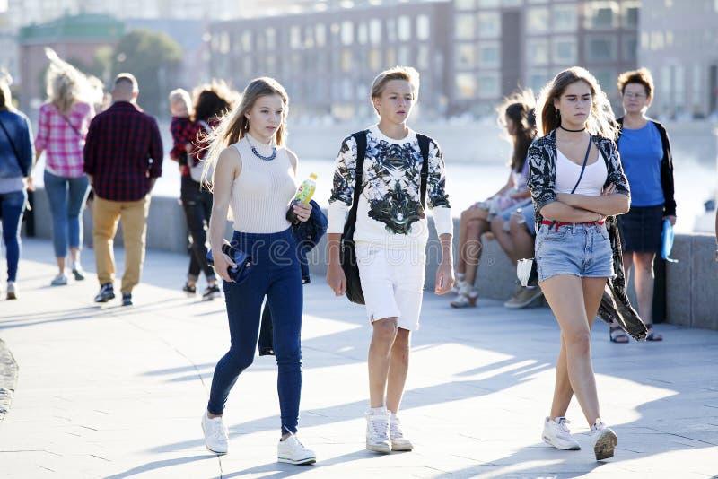 Kulturell mångfald i Moscowy - tonår som går den pro-stranden arkivfoto