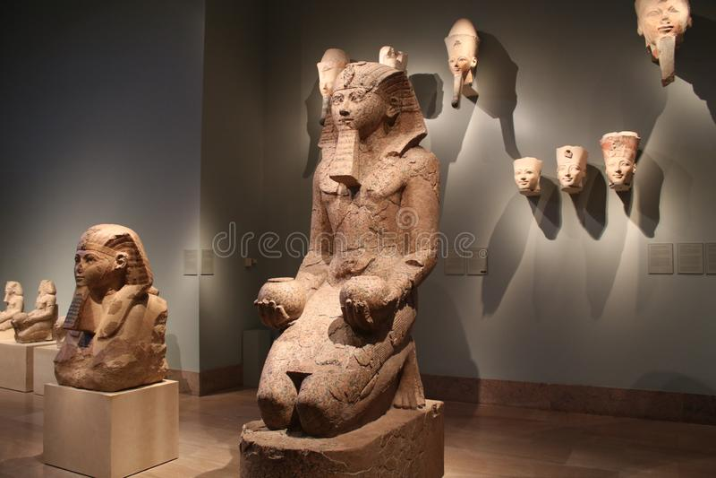 Kulturföremål och statyer från forntida Egypten på den storstads- konstmuseet arkivfoton