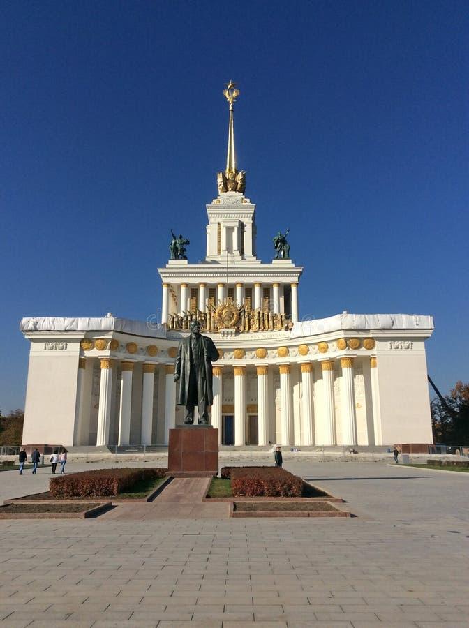 Kulturpaviljongen och Vladimir Lenin skulpterar i VDNH VVC, Moskva royaltyfri bild