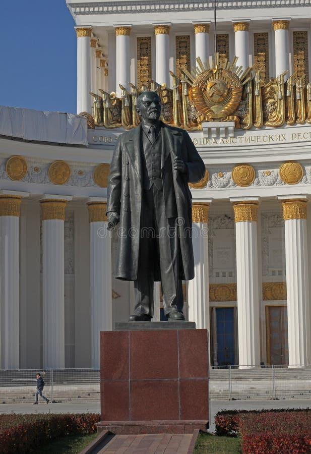 Kulturpaviljongen och Vladimir Lenin skulpterar i VDNH VVC, Moskva fotografering för bildbyråer