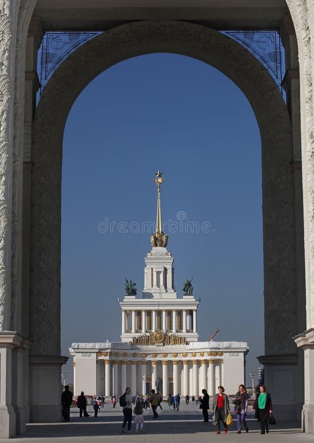 KulturPavillion sikt till och med ingångsporten till VDNH VVC, Moskva arkivfoto