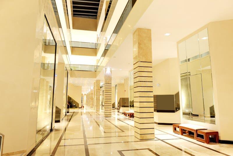 Kuluarowy wnętrze luksusowy hotel w nocy iluminaci obraz royalty free