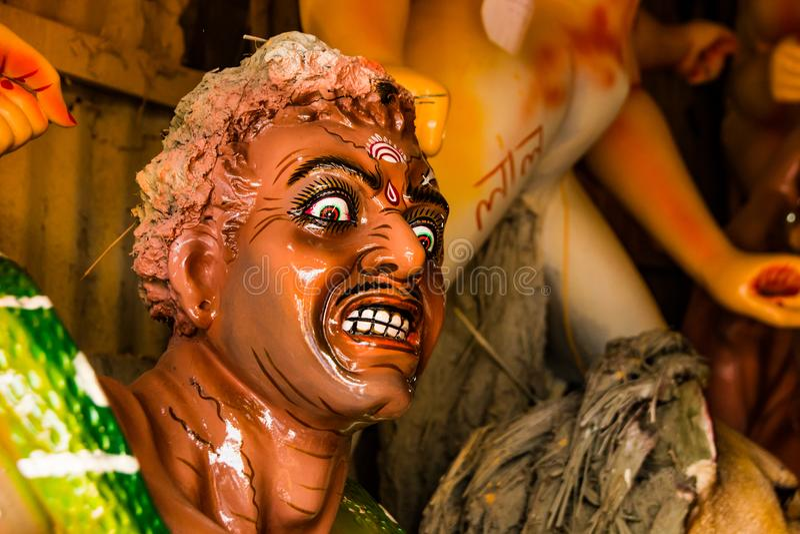 Kumartuli,西孟加拉邦,印度, 2018年7月 Mahishashura黏土神象女神杜尔加邪魔和nemeis建设中 durg 库存照片