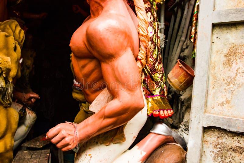 Kumartuli, западная Бенгалия, Индия, июль 2018 Идол глины Mahishashura демон и nemeis богини Durga под конструкцией durg стоковое фото