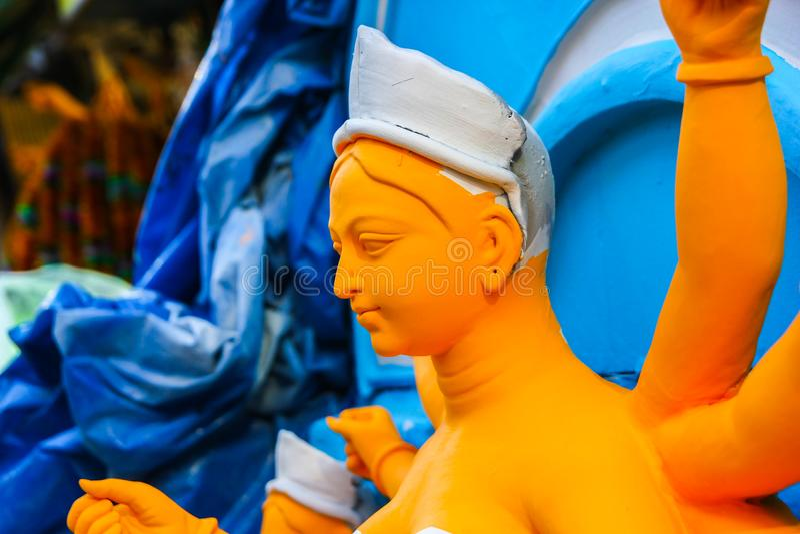 Kumartuli, Bengal ocidental, Índia, em julho de 2018 Um ídolo da argila da deusa Durga sob a construção em uma loja O puja de Dur imagem de stock