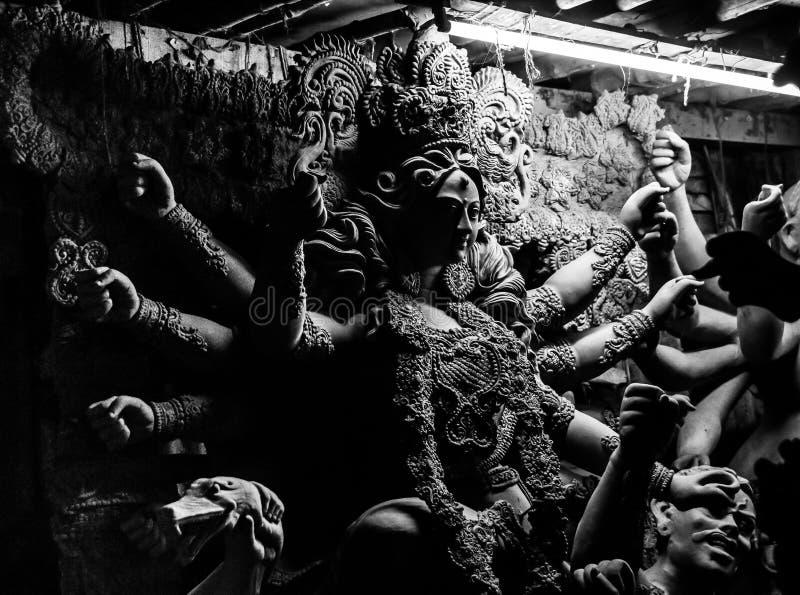 Kumartuli, Bengala Occidental, la India, julio de 2018 Un ídolo de la arcilla de la diosa Durga bajo construcción en una tienda d fotografía de archivo