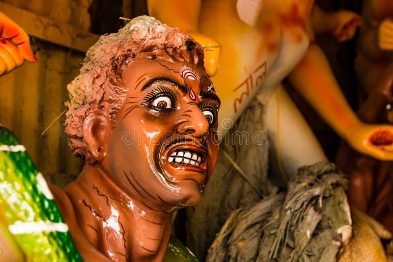 Kumartuli, Bengala Occidental, la India, julio de 2018 Un ídolo de la arcilla de Mahishashura el demonio y los nemeis de la diosa fotos de archivo