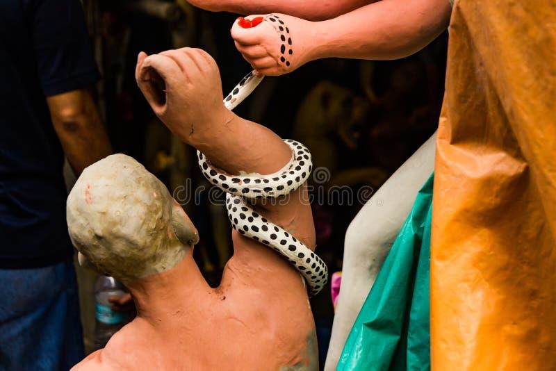 Kumartuli, Bengala Occidental, la India, julio de 2018 Un ídolo de la arcilla de Mahishashura el demonio y los nemeis de la diosa foto de archivo