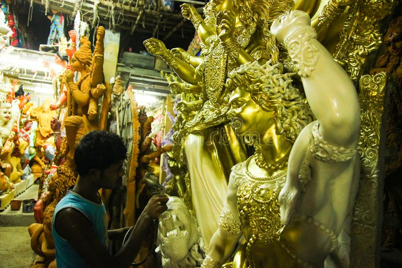 Kumartuli, Bengala Occidental, la India, julio de 2018 Un color de la pintura del artista del scuplture de la arcilla en el ídolo imágenes de archivo libres de regalías