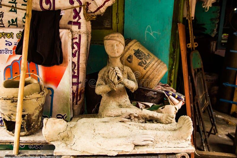 Kumartuli, Zachodni Bengalia, India, Lipiec 2018 Gliniana statua wdowa opłakuje nad jej nieżywym mężem jej stroną w budowie przy obraz stock