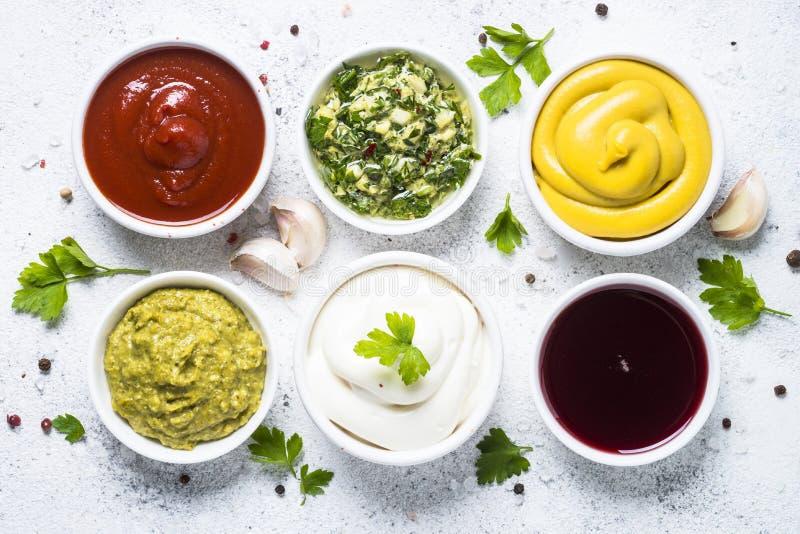 Kumberlandu ustalony asortyment majonez, musztarda, ketchup i inny -, o obraz royalty free