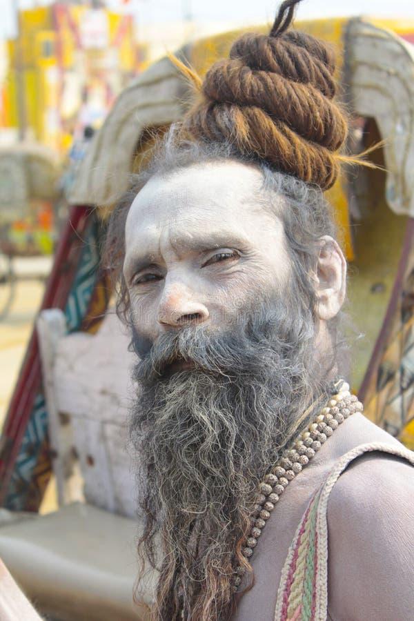 Kumbha Mela 2013 - Sadhu Offers Blessings nel festival religioso fotografia stock