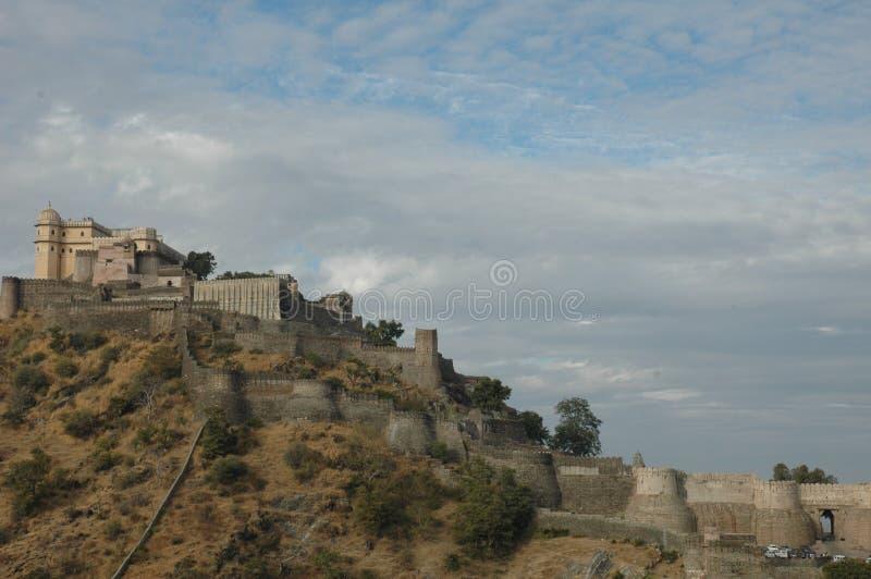 Kumbhalgarh fort som sett från den närliggande byn, Indien fotografering för bildbyråer