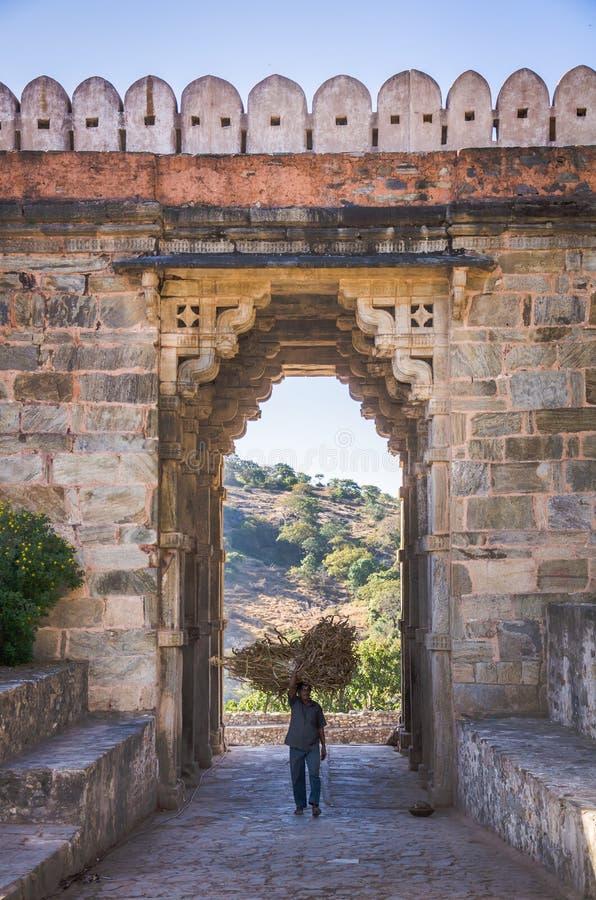 Kumbhalgarh fortingång Rajasthan, en av det största fortet i Indien royaltyfria bilder