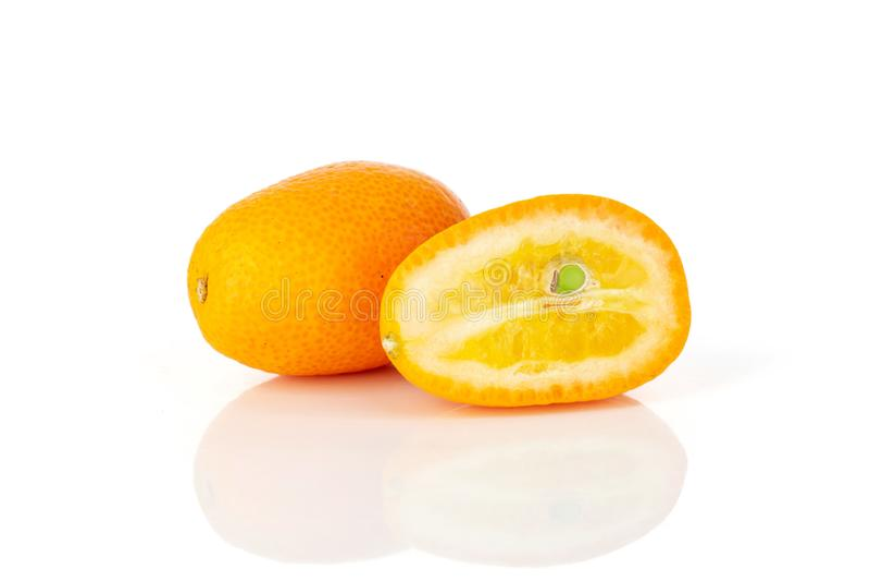Kumquat alaranjado fresco isolado no branco imagem de stock royalty free