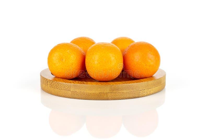 Kumquat alaranjado fresco isolado no branco foto de stock royalty free