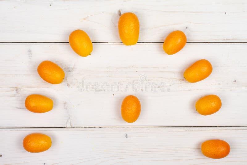Kumquat alaranjado fresco na madeira cinzenta fotografia de stock royalty free
