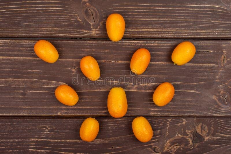 Kumquat alaranjado fresco na madeira marrom imagem de stock royalty free