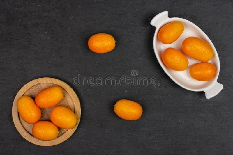 Kumquat alaranjado fresco na pedra cinzenta foto de stock royalty free