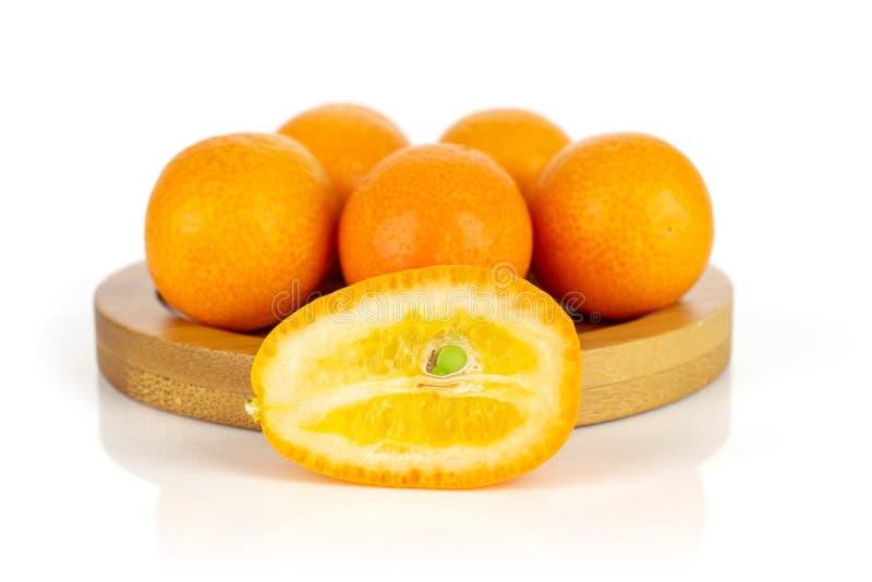 Kumquat alaranjado fresco no branco fotografia de stock royalty free