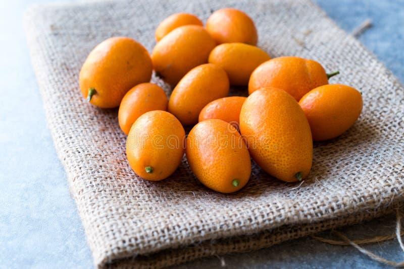 Kumquat/Cumquat do fruto fresco em um saco fotografia de stock