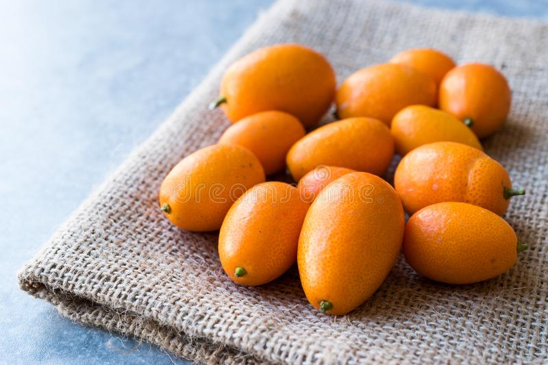 Kumquat/Cumquat do fruto fresco em um saco foto de stock royalty free