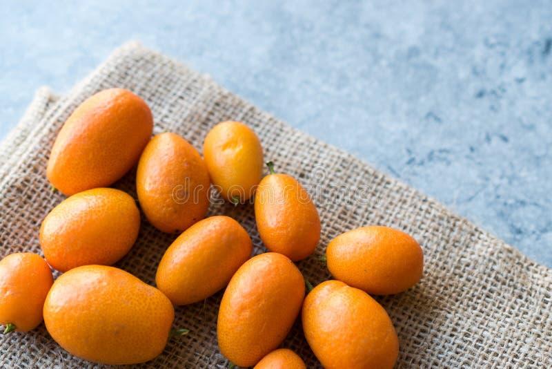 Kumquat/Cumquat do fruto fresco em um saco imagem de stock royalty free