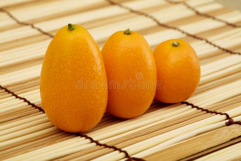 Kumquat fresco de encontro a uma esteira imagens de stock royalty free