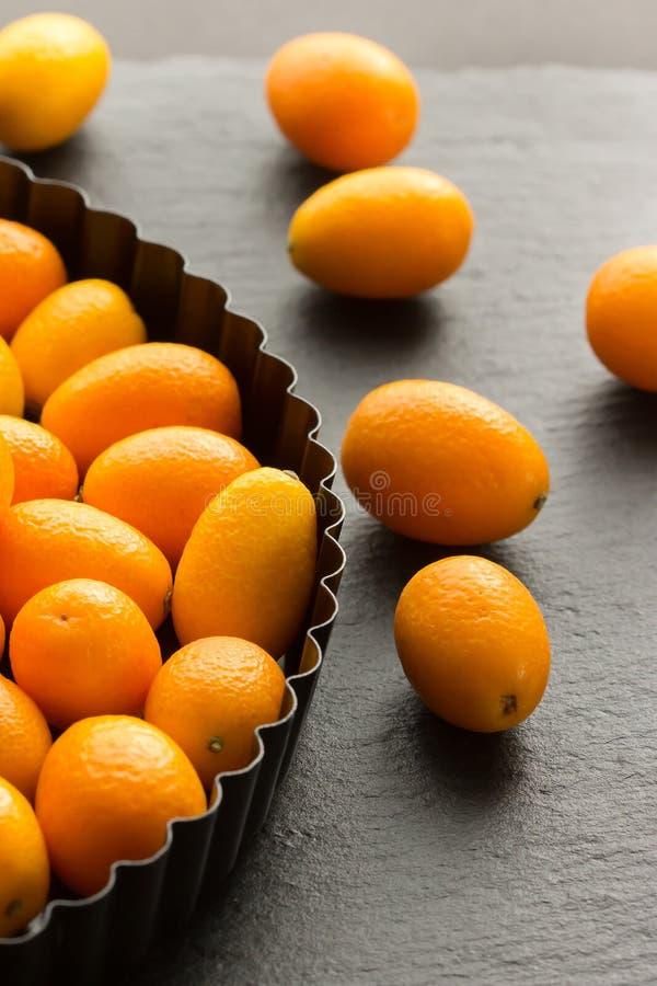 Kumquats en una placa imagen de archivo libre de regalías