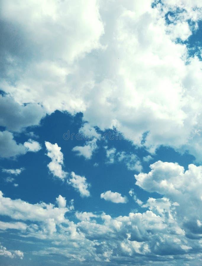 Kumuluswolken, die friedlich in den Himmel schwimmen lizenzfreies stockfoto