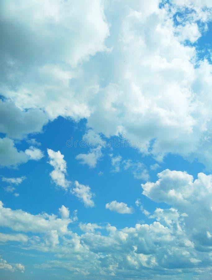 Kumuluswolken, die friedlich in den Himmel schwimmen stockbilder