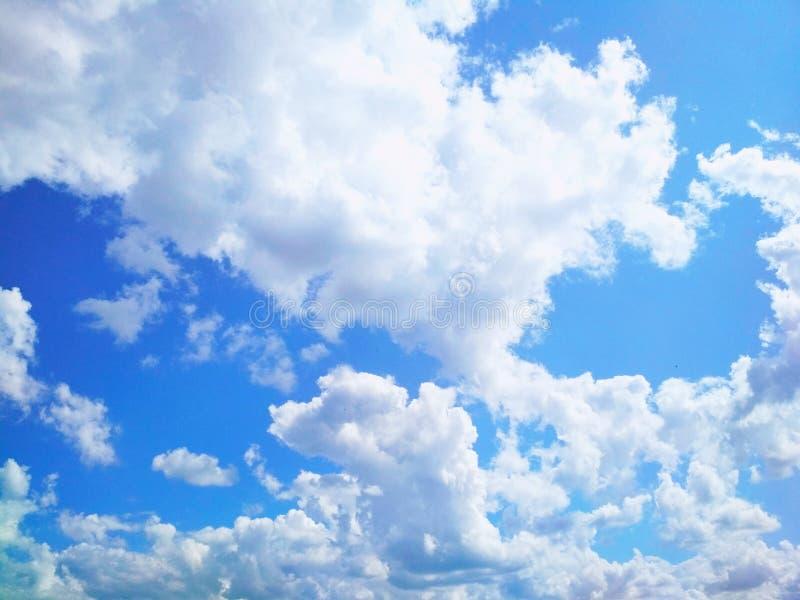 Kumuluswolken, die friedlich in den Himmel schwimmen stockfotografie