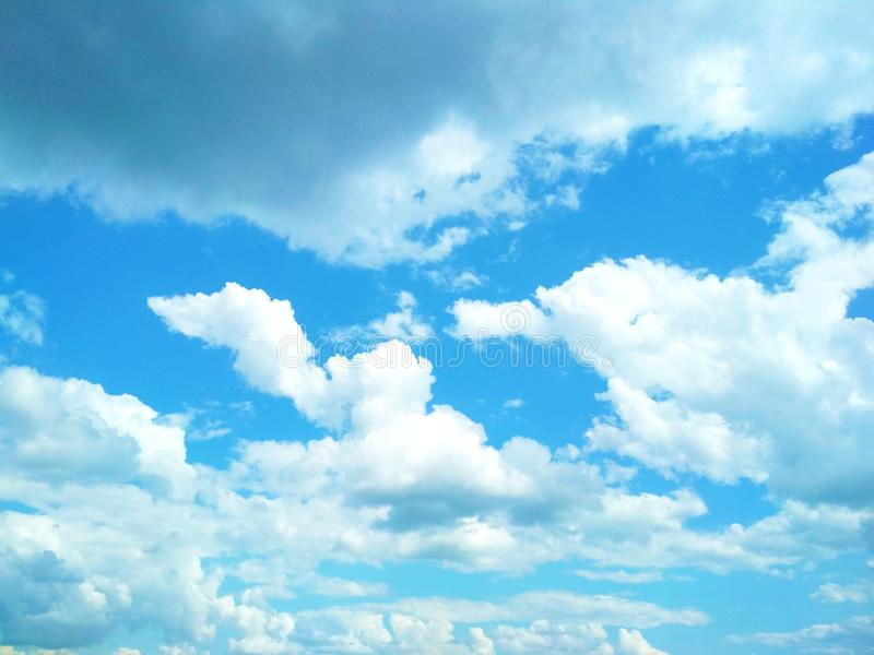 Kumuluswolken, die friedlich in den Himmel schwimmen lizenzfreies stockbild