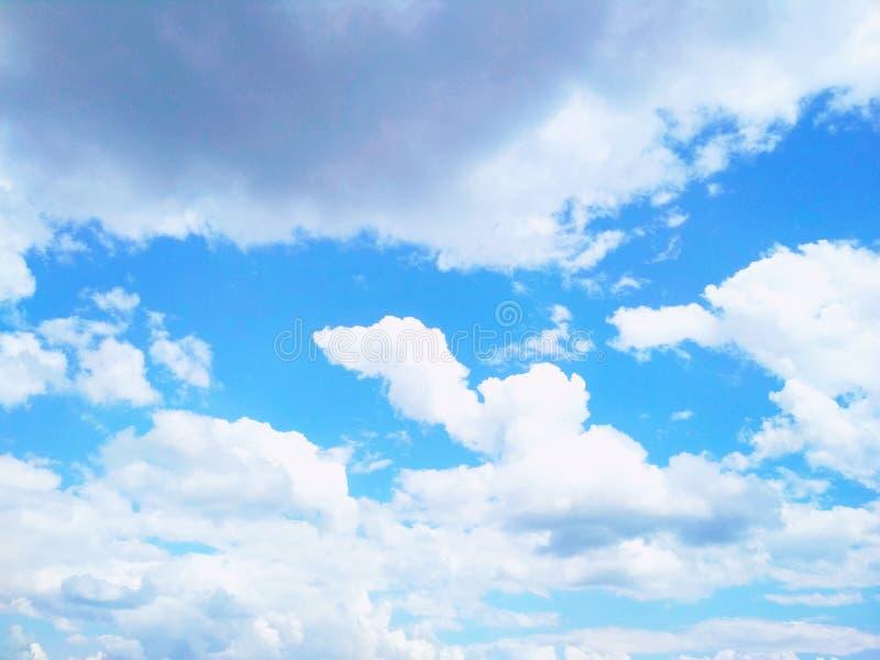 Kumuluswolken, die friedlich in den Himmel schwimmen lizenzfreie stockfotos