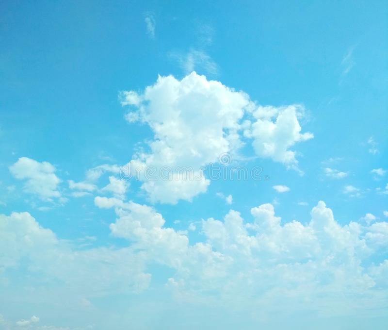 Kumuluswolken, die friedlich in den Himmel schwimmen stockbild