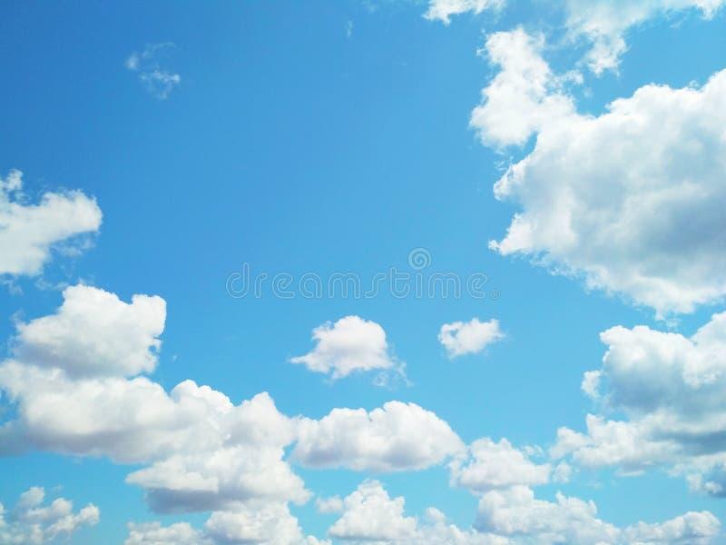 Kumuluswolken, die friedlich in den Himmel schwimmen lizenzfreie stockbilder