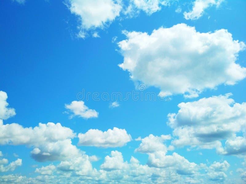 Kumuluswolken, die friedlich in den Himmel schwimmen lizenzfreie stockfotografie