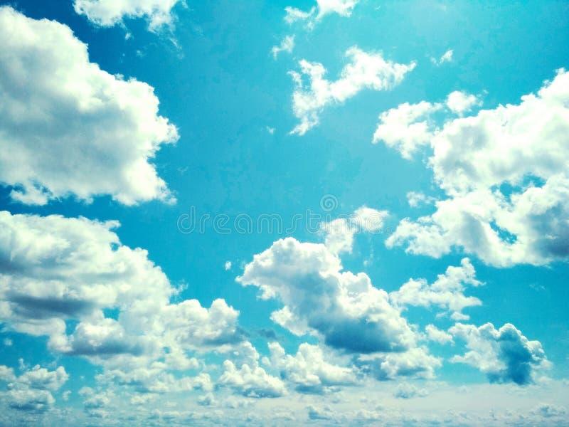 Kumuluswolken, die friedlich in den Himmel schwimmen stockfotos
