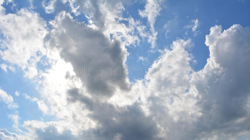 Kumuluswolken im Sommer Früher Morgen mit hellen flaumigen Wolken lizenzfreie stockfotos