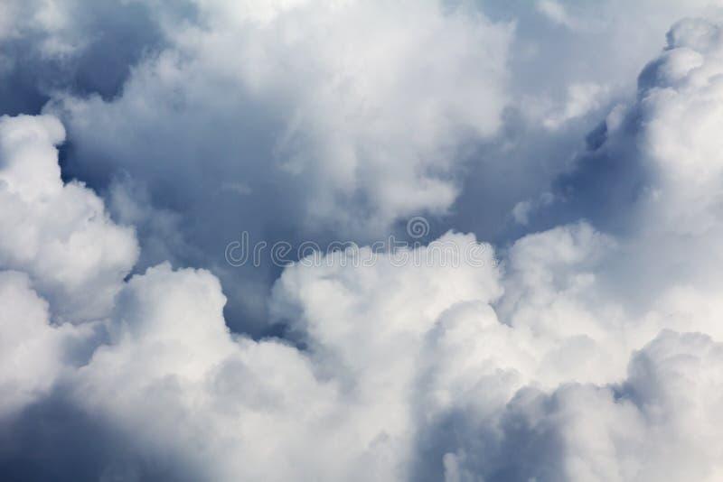 Kumuluswolken schwere Überwendlingsnaht - abstrakter natürlicher Hintergrund Dunkelgrauer drastischer Himmel mit gro?en Wolken lizenzfreie stockfotografie