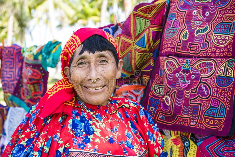 Kuna妇女,有传统艺术的巴拿马工作-翻车鱼,