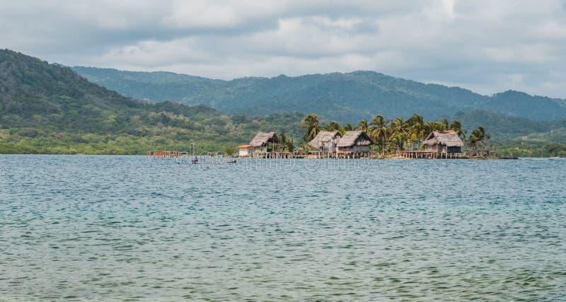 Kuna-Dorf auf Insel, Holzhäuser auf Wasser, Guna Yala, Pan Am stockbilder