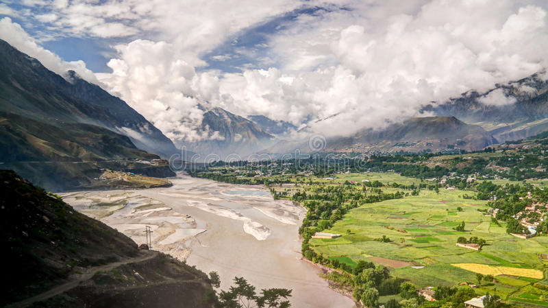 Kunar río aka de Chitral o de Kama, provincia Paquistán de Khyber Pakhtunkhwa foto de archivo