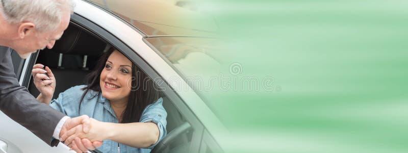 Kund och bilförsäljare som skakar händer royaltyfria bilder
