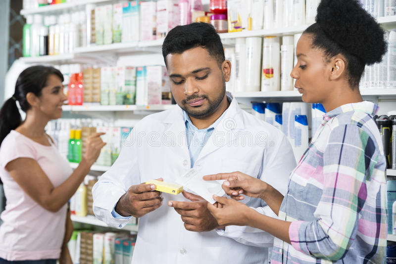 Kund- och kemistWith Prescription In apotek royaltyfria bilder