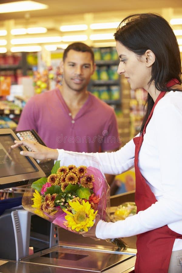 Kund som betalar för att shoppa på supermarketkontrollen royaltyfria bilder
