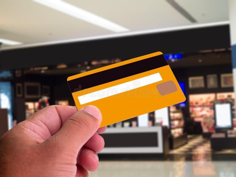 Kund som betalar för deras beställning med en kreditkort royaltyfria foton