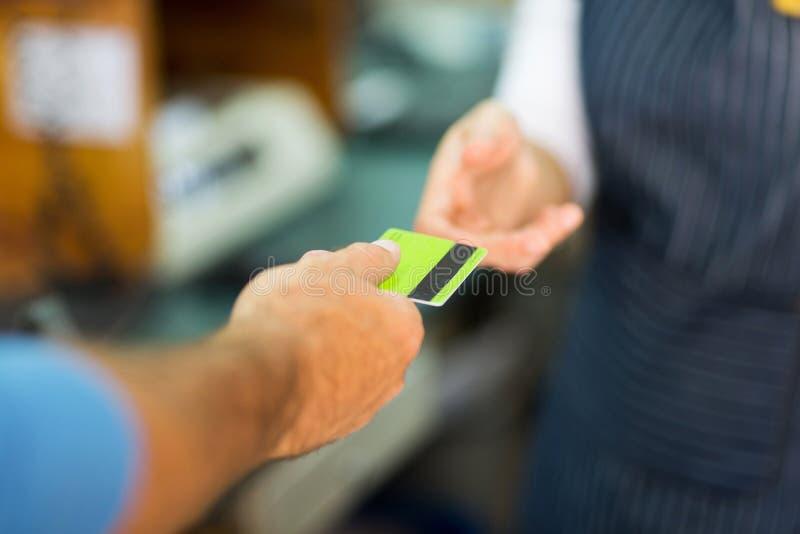 Kund som betalar kreditkorten royaltyfria bilder